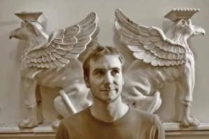 Damien Dupuis est le sculpteur attitré d'Artmature. Il a récemment réalisé ces deux griffons pour une console Empire en bois sculpté.