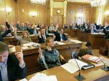 L'opposition de droite, l'UMP, a voté contre la décision d'adhérer à une émission obligataire groupée.