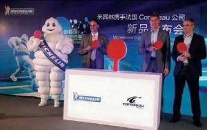 A gauche, Michel Zany, président de Cornilleau, avec son consultant Jean-Philippe Gatien (et ancien champion du monde). Ils présentaient ce 15 mai dernier à Shanghai les nouvelles raquettes Cornilleau qui seront présentes sur 400 points de vente en Chine.