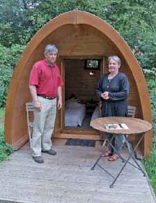 Nicole et Philippe Varlet accueillent les touristes dans des roulottes, des carrés d'étoiles ou dans des cabanes en bois baptisées pods.