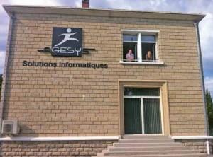 Agesys et ses 32 collaborateurs ont investi ce bâtiment de 600 m², avec ici Christophe Thuillier et Laeticia Defecque, en charge de la communication.