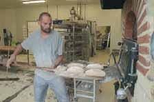 Les 17 employés de l'entreprise produisent plus d'une tonne de pain.