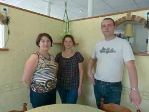 Stéphane et Catherine Leroy ainsi que leur employée (au centre) proposent une cuisine familiale.