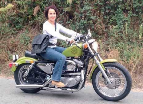 Valérie Baumgartner sur son Harley, un modèle de 1992 qu'elle a retapé. Bien sûr, elle porte un sac de sa collection.