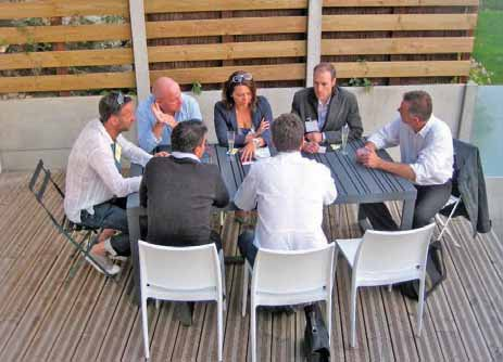 Un des groupes, confortablement installé, joue le jeu du speed business meeting.