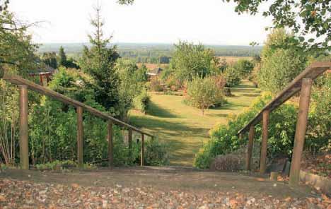 Le jardin de Chantal Coubronne s'étend sur les pentes du lieu-dit Les Monterelles et englobe une partie des bois.