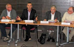 Claude Magner, trésorier de la fédération des associations de commerçants de l'Oise, Stéphane Louvigné et Michel Chamillard, respectivement nouveau et ancien président, et Marcel Verfaillie, vice-président commerce de la CCITO.
