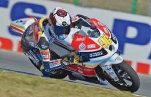 Sur les motos de course que pilote Louis Rossi apparaissent les sponsors qu'il a mobilisés.