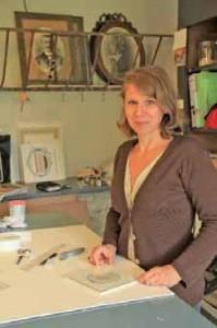 Le travail de restauration d'une gravure impose à Catherine Demarquet un travail réversible.