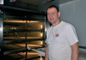 Jean-François Poilly, levé depuis 1 heure du matin, prépare une nouvelle fournée de son bon pain.