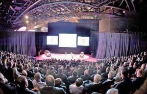 La salle peut se moduler et accueillir dans un même lieu une conférence, un dîner et une soirée dansante.