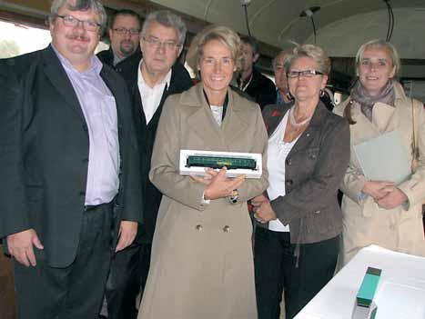 Dominique Raoult, directeur de l'expansion des restaurants Crocodile en France (à g.), a offert un modèle réduit du wagon à Caroline Cayeux.