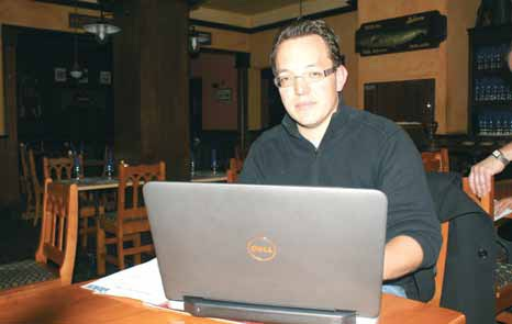 Grégory Philippon répondant aux questions entre deux mails professionnels.