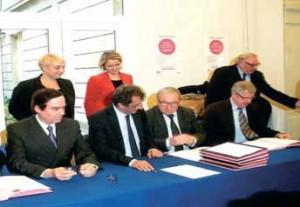 François Lamy a signé les premiers contrats d'avenir entouré par Jean-François Cordet, préfet de Picardie, Claude Gewerc, président du conseil régional et Gilles Demailly, maire d'Amiens.