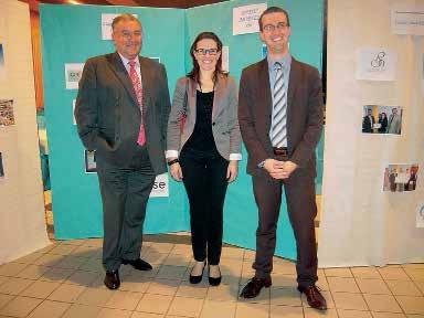 Marianne Jelassi, lauréate des Trophées Oise-Sud initiative, pose entre Cédric Waterloos et Jean-Claude Saint-Aubin, président de l'association.