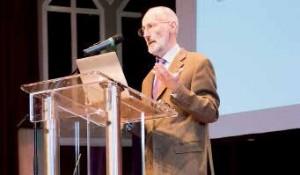 Michel Adam donne des conférences sur l'économie sociale et solidaire partout en France pour que ce système soit de plus en plus utilisé.