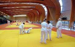 Le vaste bâtiment court sur 80 m et couvre 2 500 m² consacrés à la pratique des arts martiaux.