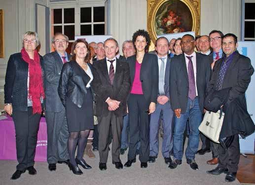 Photo de groupe avec quelques signataires de la charte. Lutter contre les discriminations Courant décembre, la salle des fêtes de l'hôtel de ville d'Amiens accueillait l'étape régionale du Tour de France de la charte de la diversité.