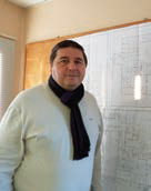 Jean-Jacques Terreau devant le plan de sa future entreprise