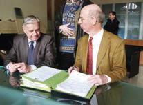Pierre Bayle, préfet (à d.) et Pascal Bresson, DDFIP, ont arrêté les comptes de l'Etat dans l'Aisne en 2012.