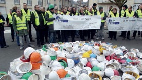 Devant la préfecture à Laon, les entreprises d la FFB ont déposé des centaines de casques de chantiers.