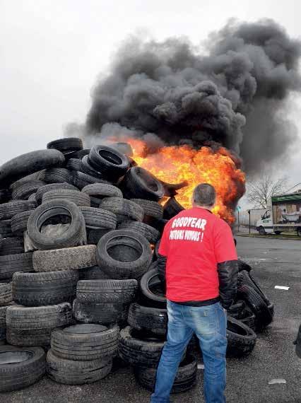 1 173 kilos de pneus ont été brûlés pour symboliser les 1 173 emplois menacés par le fermeture du site amiénois de Goodyear. D
