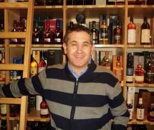 Gaël Mordac, président de la FACCVA, au milieu des bouteilles de la maison Martigny.