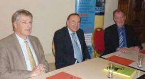 Pierre Gattaz (au centre) entouré de Jacques Vincent (président du Medef Oise) et Laurent Bataille (président de l'IUMM – union des industries et métiers de la métallurgie de l'Oise).