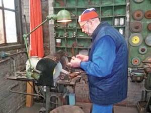 François Beguyn, outilleur depuis plus de 30 ans, fabrique les pièces qui iront dans la machine.