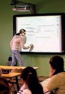 L'ENT (ici cours à l'aide d'un TBI) permet aux collégiens d'accéder aux sciences de la communication et de l'information.