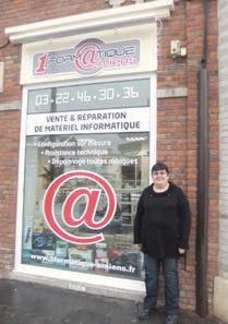 Cathy pose fièrement devant la vitrine d'un magasin qui prend de l'importance