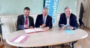 Nicolas Dumont et Gilles Demailly signent la convention, en présence de Christian Fabry, directeur de l'Ademe Picardie.