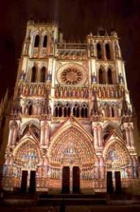 La cathédrale prend des couleurs durant la saison estivale.