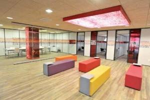 Le centre d'affaires est abrité au rez-de-chaussée du siège de la Caisse d'Epargne Picardie.