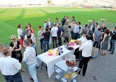 Petite pause des jeunes dirigeants lors du cocktail au bord du terrain de l'ASC.
