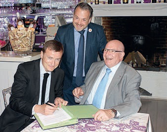 Sous l'oeil appréciateur de Charles Locquet, le représentant d'Hammerson, Stéphane Girard, s'est engagé à soutenir la plate-forme Oise-Ouest initiative, présidée par Jacky Lebrun.