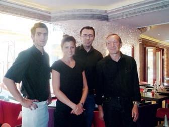 Vincent Kaskosz (au centre) avec une partie de son équipe, composée de 12 personnes.