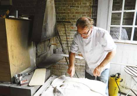 Les fournées hebdomadaires d'Alain Bourgeois demandent 120 kilos de pâte, pétrie à la main.