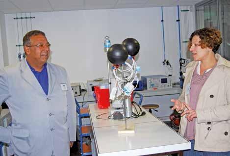 Le président d'Atmo Picardie, Eric Montés, et Céline Piquet, une technicienne.