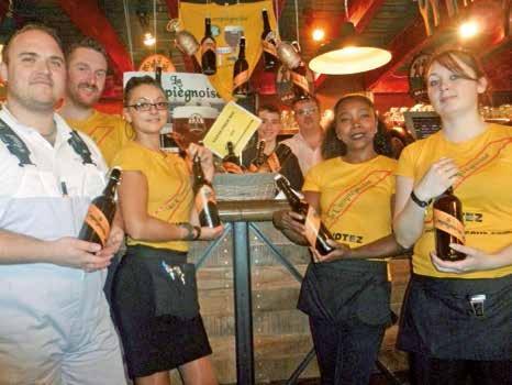 L'équipe des 3 Brasseurs est fière de sa bière.