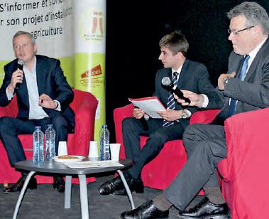 L'ancien ministre de l'agriculture Bruno Lemaire, (à g.) est convaincu du rôle prépondérant que les agriculteurs français doivent jouer dans la compétition internationale.