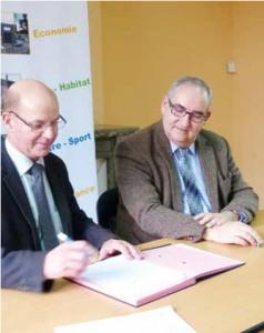 Le président de la chambre de métiers de la Somme Alain Bethfort (à gauche) et le président de la communauté de communes du Pays Hamois ont signé une convention de partenariat.