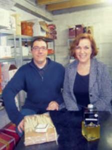 Éric et Paola Dalla Rocca stockent leurs produits dans leur entrepôt avant de les livrer à leurs clients.