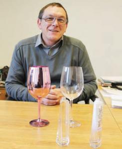 La spécialité de Pal'décap, dirigée par Patrice Crimet : restituer à ses clients un verre à l'état brut.