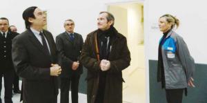 Jean-François Cordet, préfet de région, Hugues Francomme, maire de Méaulte, et Stéphane Demilly, député-maire d'Albert, visitent le nouveau bâtiment de Figeac aéro.