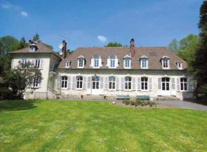 Le château installé au coeur d'un parc arboré compte trois salles dont une large verrière.