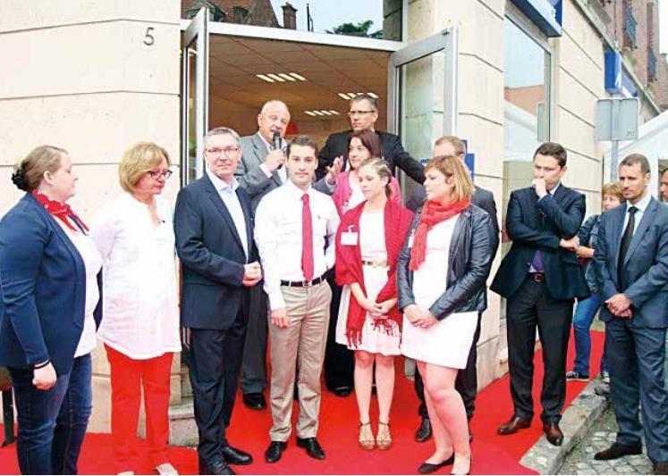 Thierry Méresse entouré de ses associés et collaborateurs de Noyon présente les nouveaux services de banque aux invités.