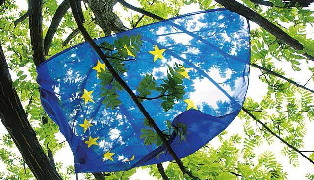 L'Union européenne contribue à la diminution des écarts économiques entre les régions à travers différents fonds structurels.