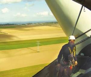Edouard Couriat au sommet d'une éolienne.