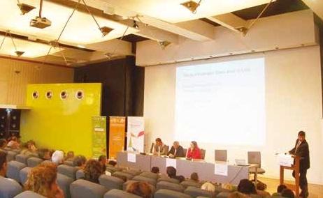 Les partenaires institutionnels répondent aux voix qui s'élèvent dans la salle contre la baisse des subventions aux associations, le manque de prise en compte des associatives rurales,etc.